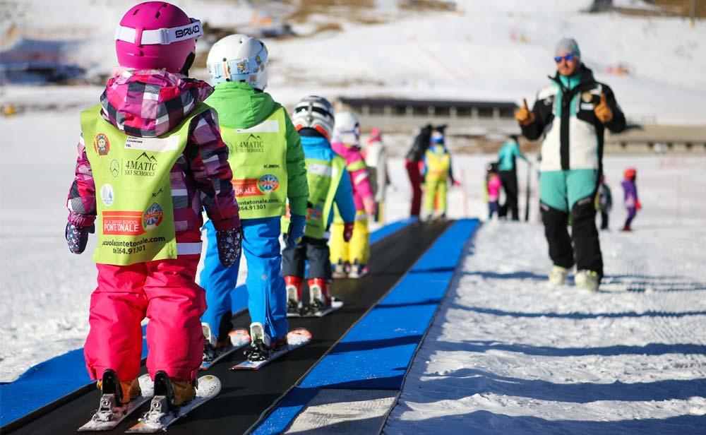 Maestro di sci fa lezione a dei bambini