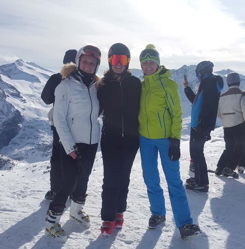 Sciatori con abbigliamento noleggiato a Le Ski Lab