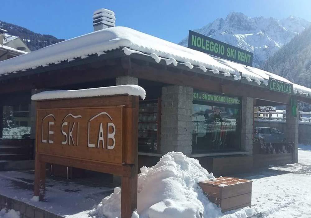 Night outside the ski hire Le Ski Lab